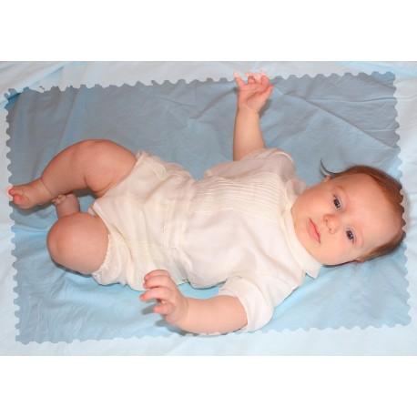 Traje de bebé bautizo. En color marfil de camisa y pantalon ranita