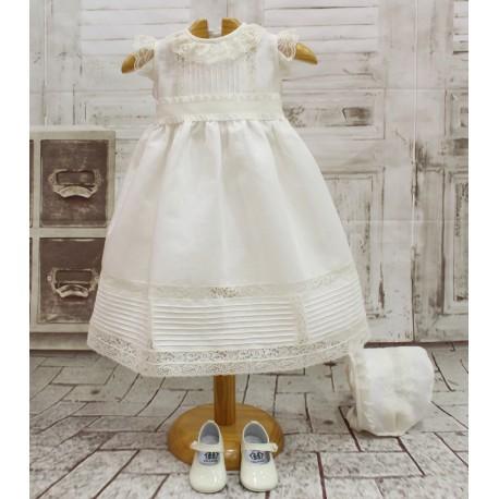 Vestido Bautizo bebé niña, de lino marfil con puntillas. Fajín de volantes