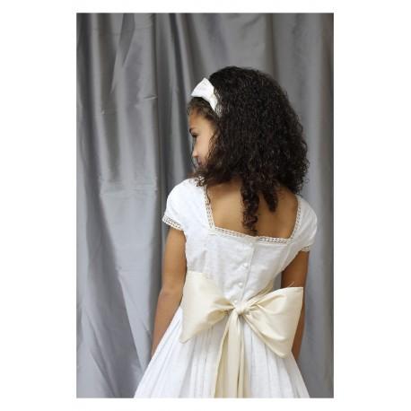Vestido Comunion Plumeti Bicolor, blanco y beige. Con fajín beige.
