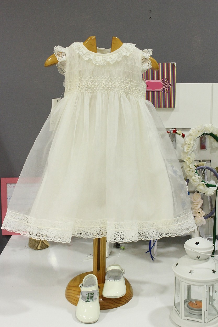 95bf0a606 Smocked Christening dress, in ivory organza and ivory laces. - Golositos  Ropa Infantil