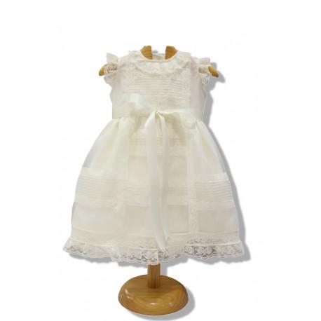 Vestido de bautizo en organza marfil con puntillas a juego