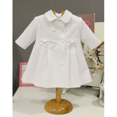 Abrigo de bebe de pique blanco. Unisex. Botones forrados